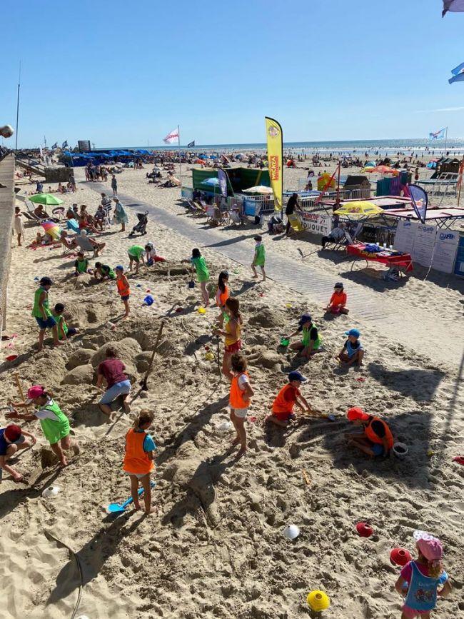 Concours de chateaux de sable pendant l'été