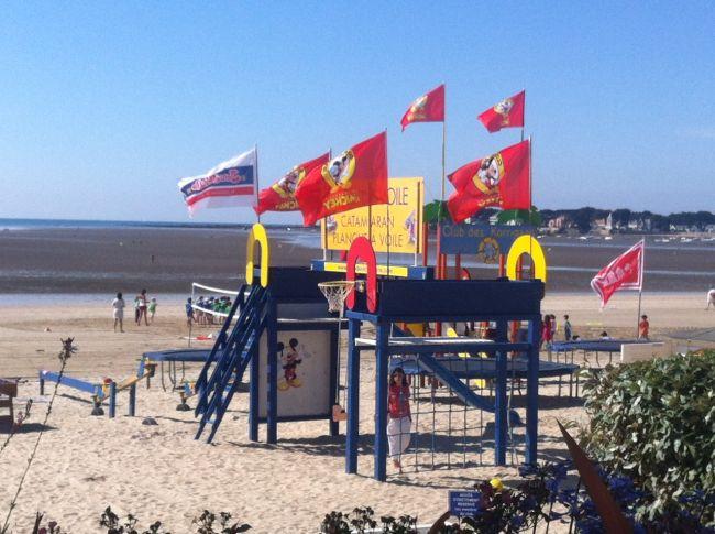 les drapeaux flottent au vent